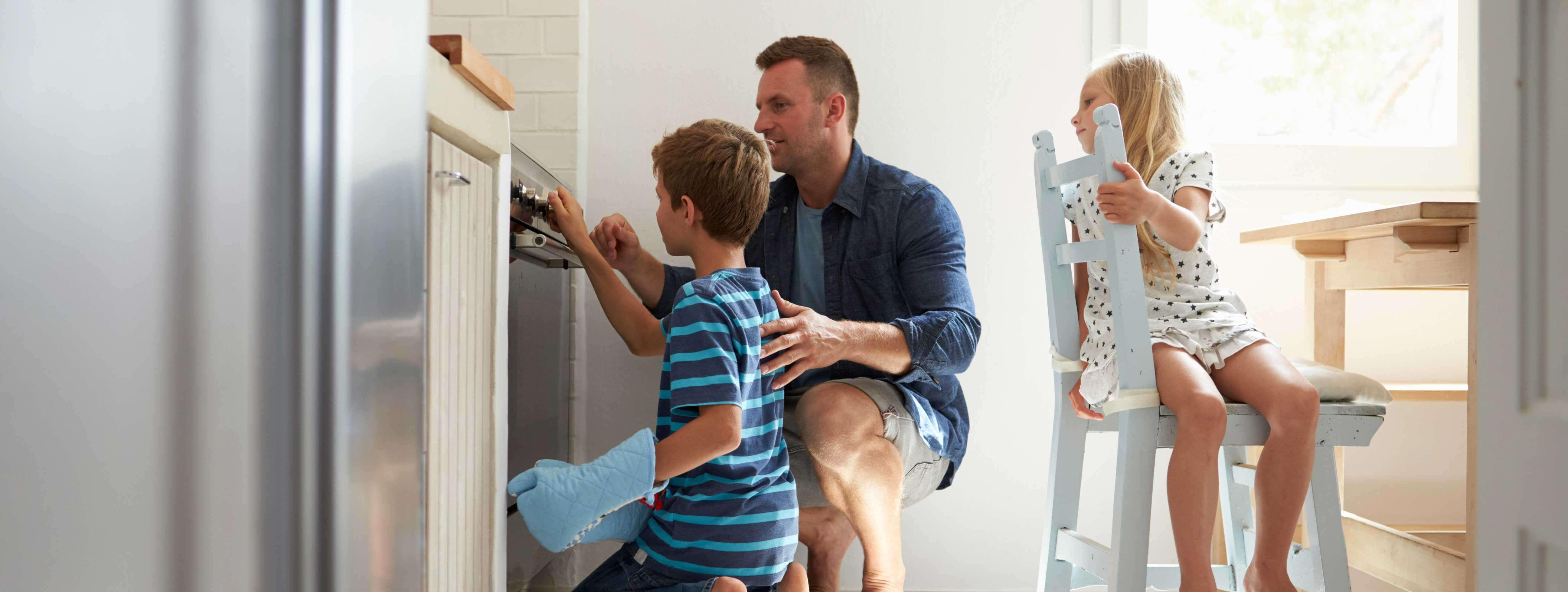 Familia cocinando en un horno eléctrico