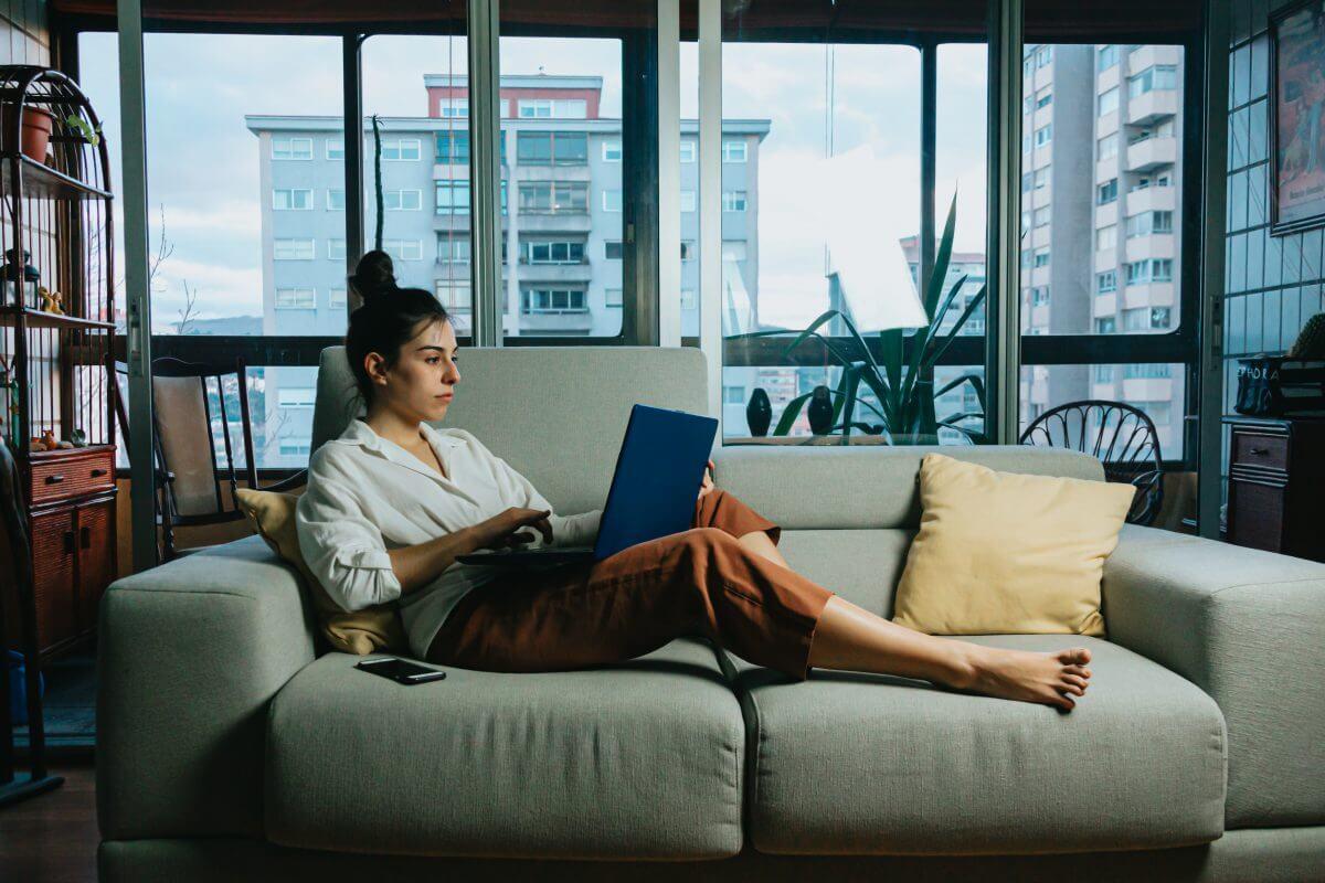 Chica en casa viendo ordenador